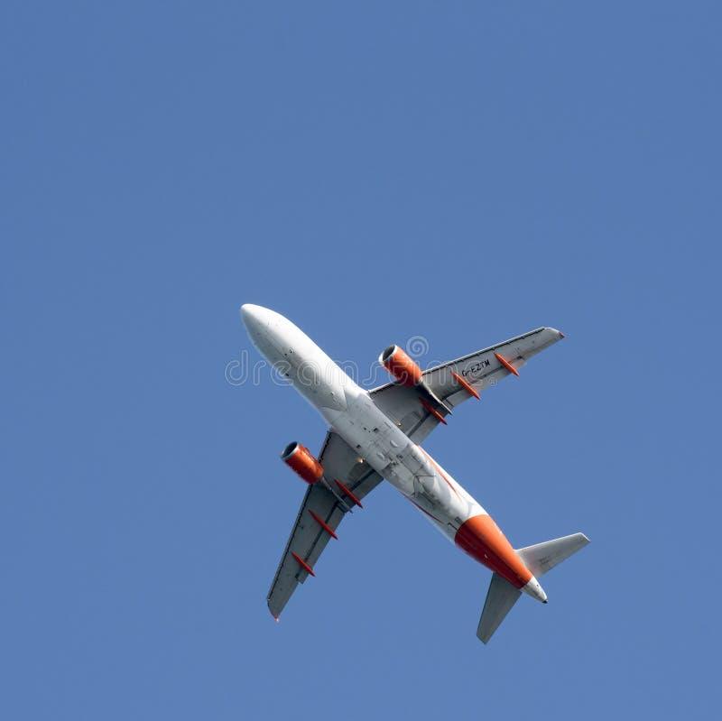 Spód pasażer samolotu odrzutowego bierze daleko obraz royalty free