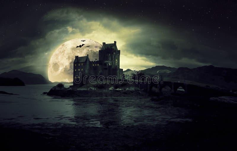 Spökad mystiker kusliga Eilean Donan Castle i Skottland med havet runt om det mörka moln och månen royaltyfria bilder