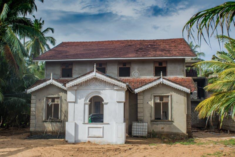 Spökat hus i gatan royaltyfri fotografi