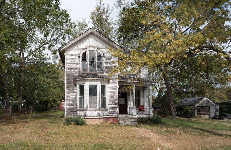 Spökat hus med träd arkivbilder