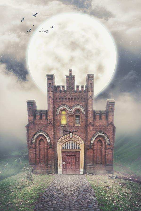Spökat hus på kullen och månen Allhelgonaaftonmörkerplats royaltyfria foton
