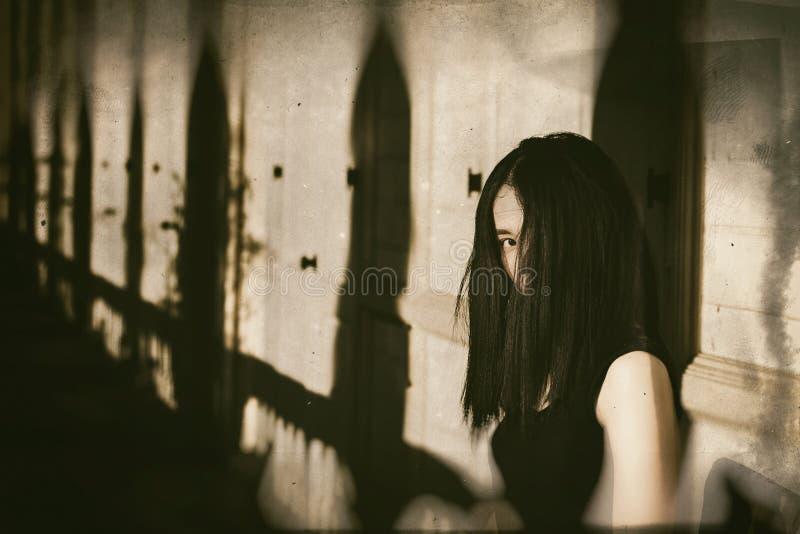 Spöke i spökat hus, mystisk kvinna, fasaplats av läskigt arkivfoto
