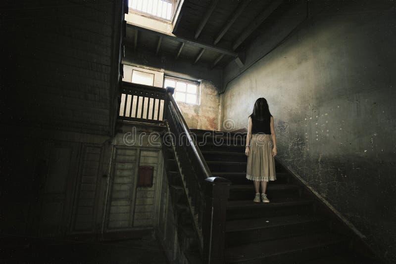 Spöke i spökat hus, mystisk kvinna, fasaplats av läskigt royaltyfri bild
