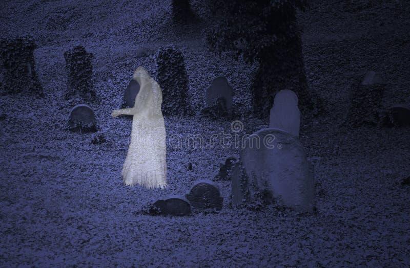 Spöke på kyrkogården arkivbild