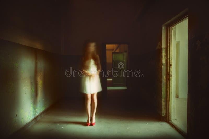 Spökeflicka framme av spöklikt ljus royaltyfria bilder