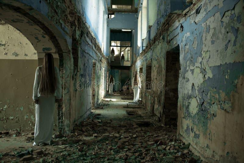 Spökeflicka i en övergiven byggnad arkivfoton