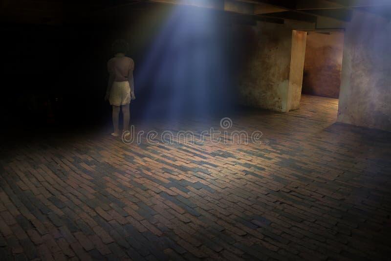 Spökelilla flickan syns i gammalt mörkt rum, spöke i spökad hou fotografering för bildbyråer