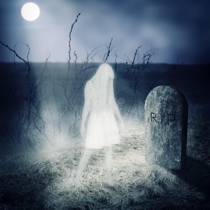 Spökestag för vit kvinna på hennes grav royaltyfri foto