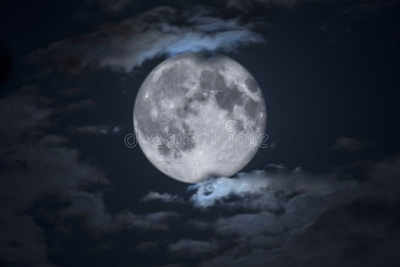 Spöklik full allhelgonaaftonmåne som inramas av moln fotografering för bildbyråer
