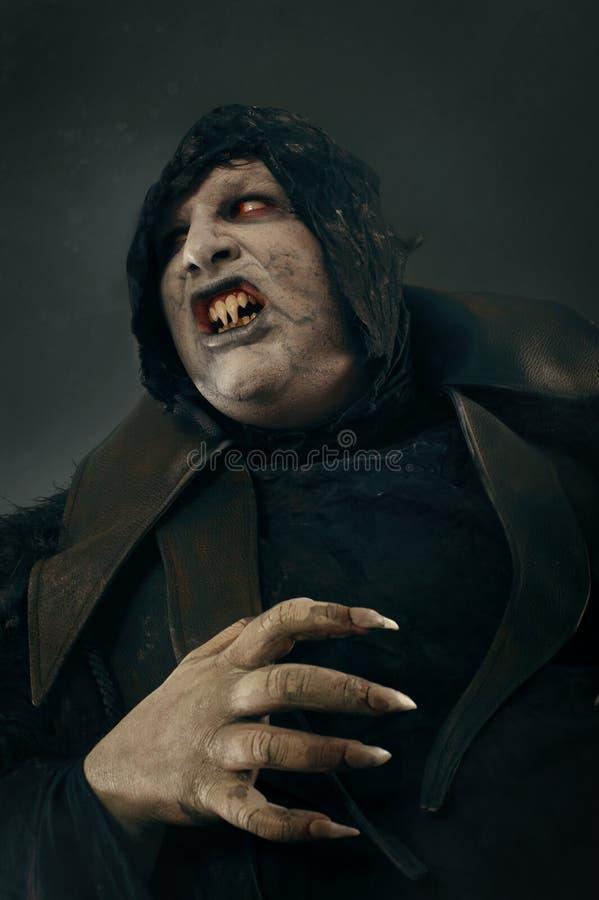 Spöklik jäkel spela vamp med stort läskigt spikar Helvete och fasa royaltyfri bild