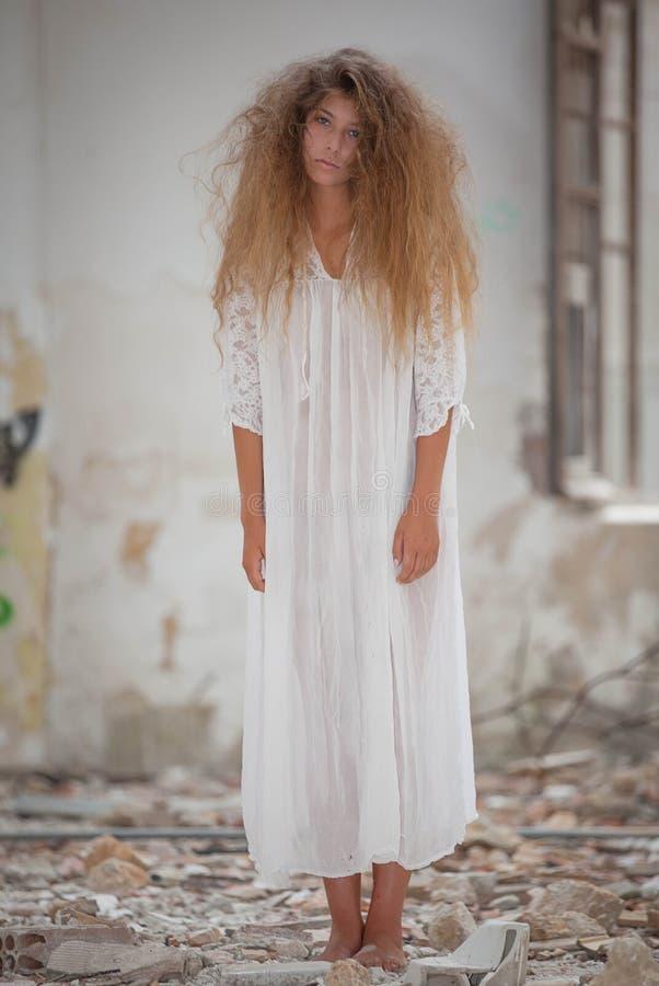 Spöklik levande dödkvinna royaltyfri fotografi