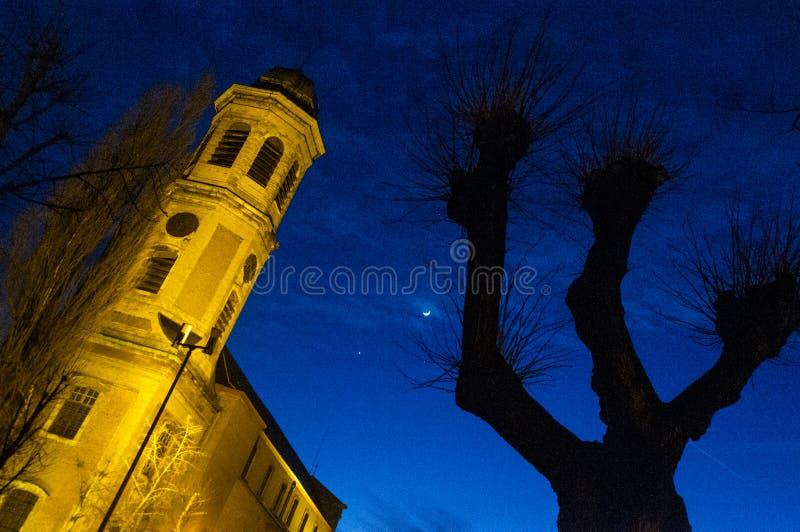 Spöklik stad på natten royaltyfri bild