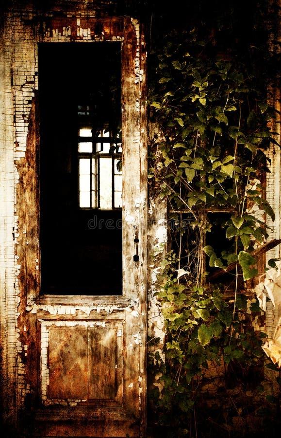 Spöklik ytterdörr arkivbild