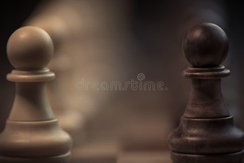 Spöklika klassiska schackstycken royaltyfria bilder