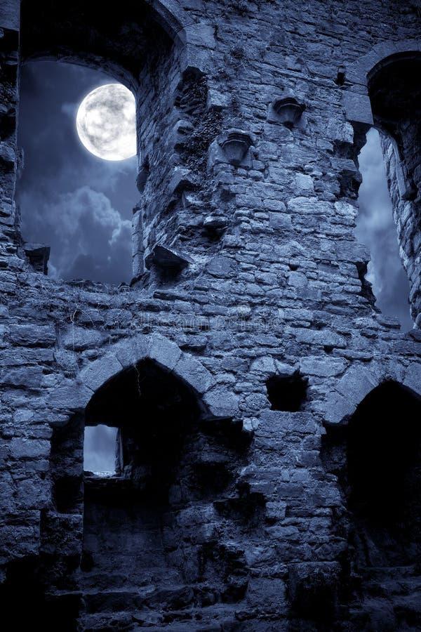 spöklikt slott arkivbild