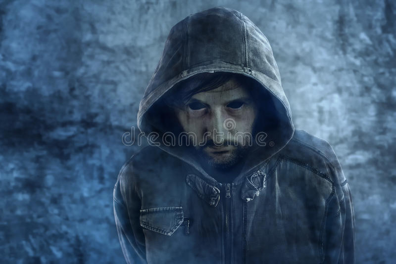 Spöklikt spökeutseende av den döda manliga personen med blåtiror arkivbild