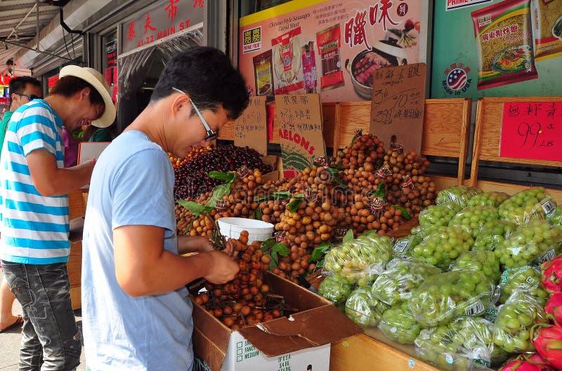 Spülung, NY: Arbeitskraft mit Longan-Früchten stockfotografie