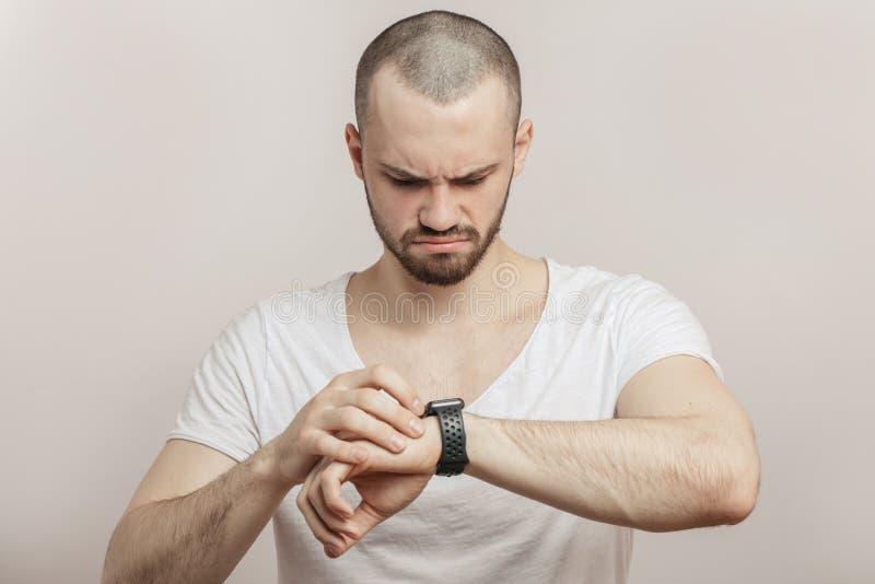 Spęczenie, gniewna atleta z tętno monitoru zegarkiem zdjęcia stock