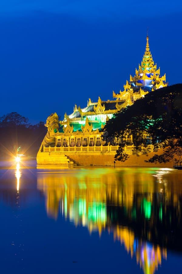 Spławowa barka wewnątrz Yangon Myanmar zdjęcia royalty free