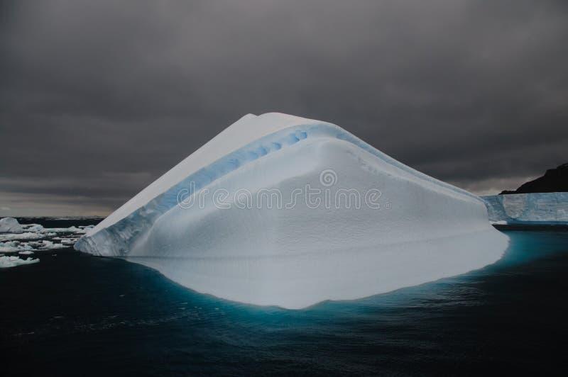 Spławowa góra lodowa blisko Antarctica zdjęcia stock