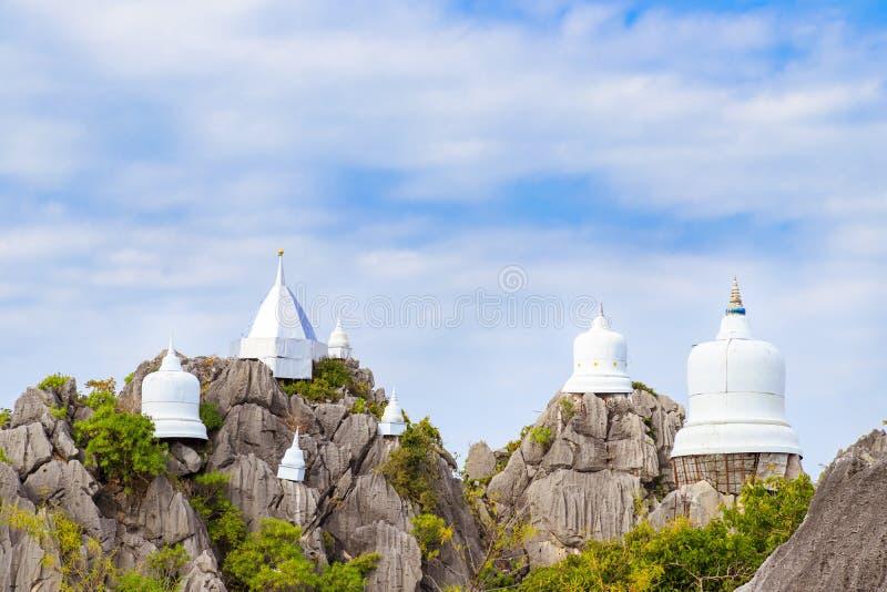 Spławowa pagoda na szczycie góra przy Wata Chaloem Phra Kiat Phra nietoperza Pupha Daeng świątynią w Chae Hom okręgu, Lampang, Ta zdjęcia royalty free