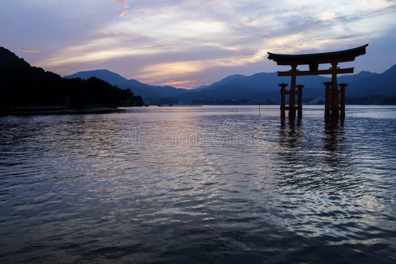 Spławowa Torii brama po zmierzchu w Miyajima, Japonia zdjęcia royalty free