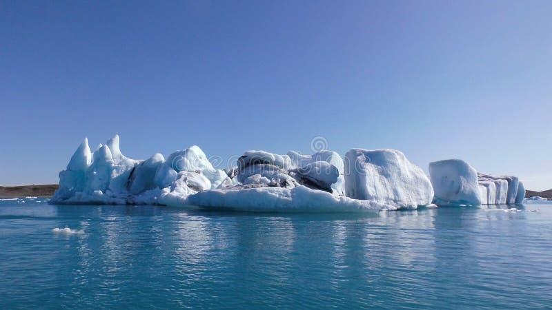 Spławowe Błękitne góry lodowe Na Naturalnym Błękitnym jeziorze zdjęcie royalty free