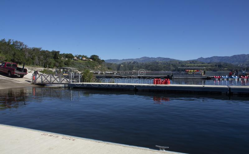Spławowy dok przy Cachuma jeziorem, Santa Barbara okręg administracyjny zdjęcia stock