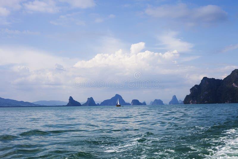 Spławowy jacht w Andaman morzu i wysp sylwetkach, Tajlandia obraz royalty free