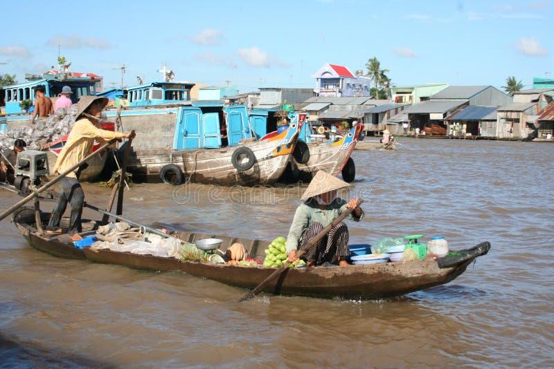 Spławowy rynek na Mekong rzece w Wietnam: mango obrazy royalty free