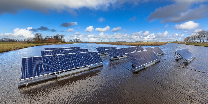 Spławowy słoneczny gospodarstwo rolne zdjęcie royalty free