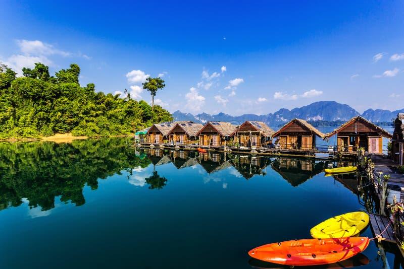Sp?awowi bungalowy z kajakami przy Khao Sok parkiem narodowym, Cheow Lan jezioro, Tajlandia zdjęcia royalty free
