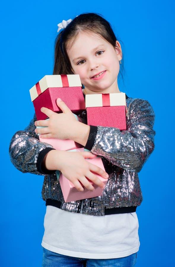 Sp?cial se produit chaque jour o Fille avec le fond bleu de bo?te-cadeau Vendredi noir Jour d'achats photographie stock