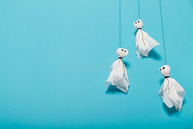 Sp?klik halloween ber?m Pappers- sp?kar f?r dekor Kopiera utrymme f?r text royaltyfri foto