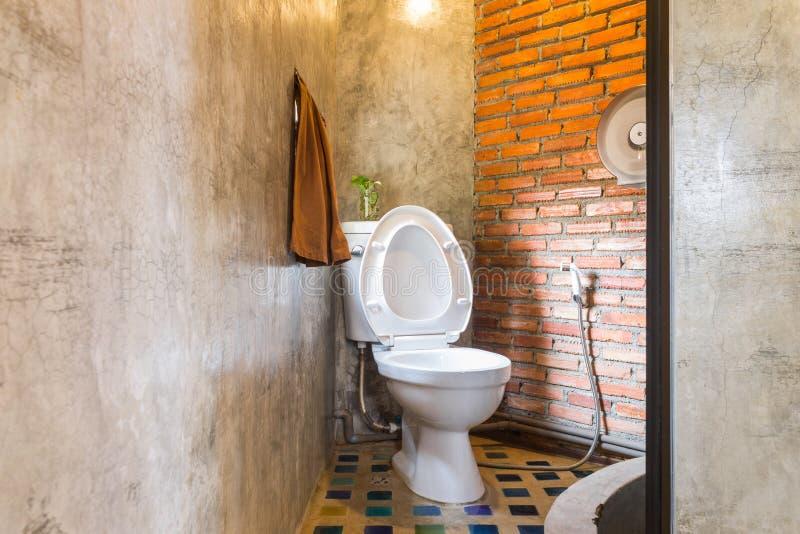 Sp?ltoilette im Land-Dachboden-Innenarchitektur-Raum stockfoto