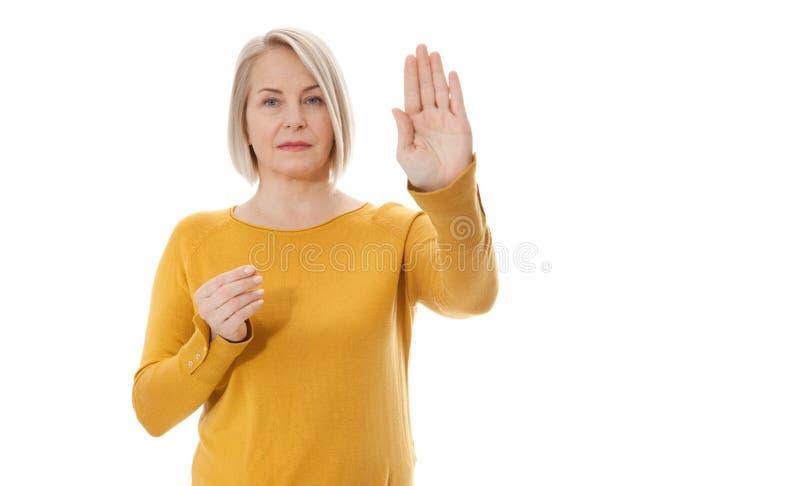 Sp?nnande kvinna som visar tecknet av stoppet, f?rsummelse, nekandet och motvillighet arkivfoton