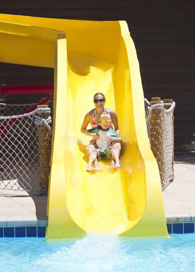 Spaß auf den Wasserrutschen am waterpark lizenzfreies stockfoto