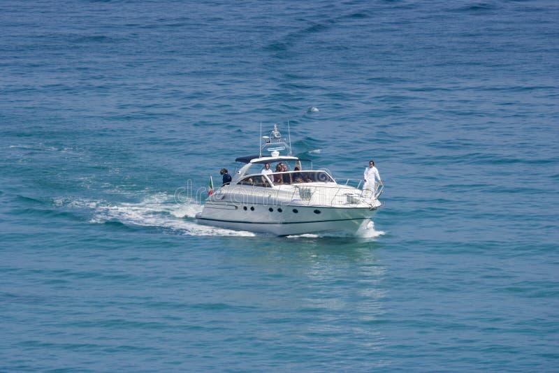 Spaß auf einem Schnellboot lizenzfreie stockfotografie
