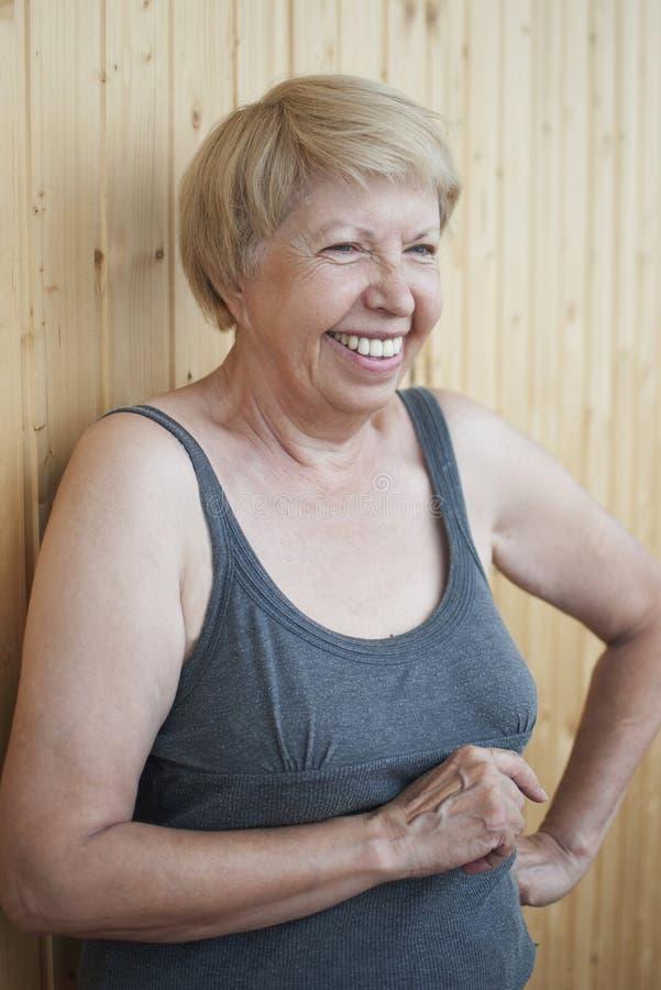 Spaß, der älteres Frauenporträt lacht stockfotos