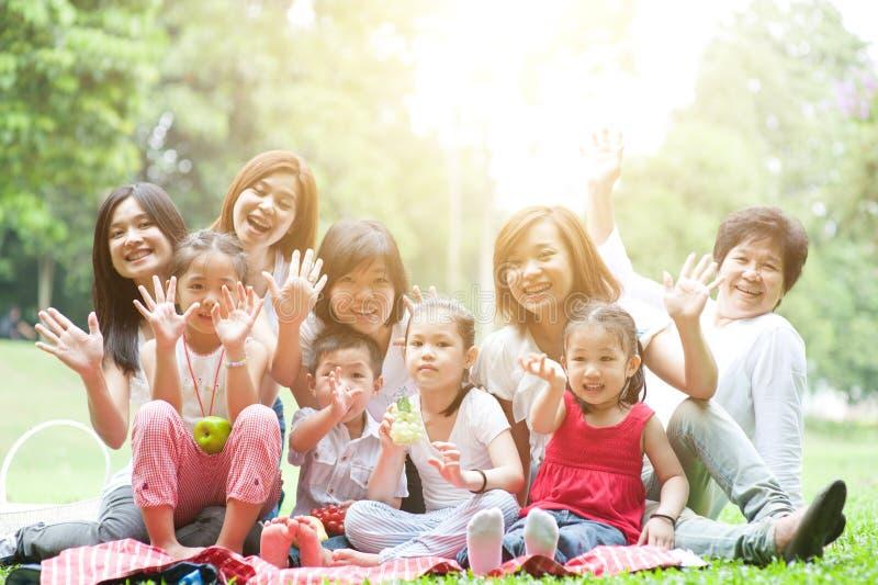Spaß der asiatischen multi Generationsfamilie im Freien stockbilder