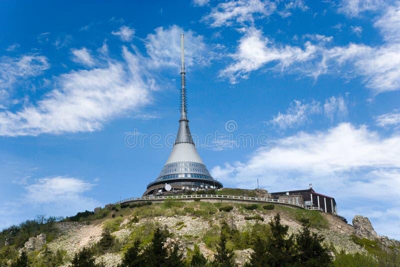 Spaß gemachter Berg und Rundfunkstation nahe Liberec, Erzberge, tschechisch stockbilder