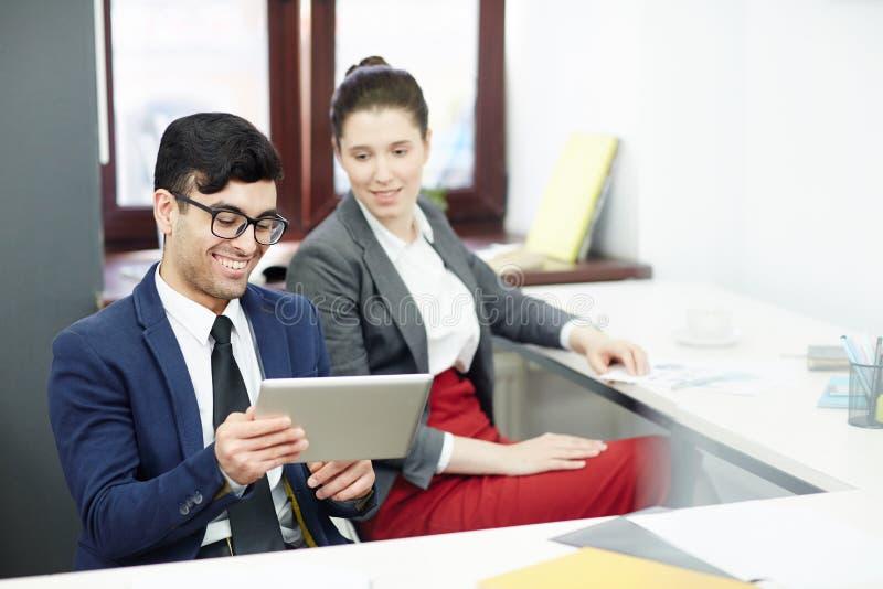 Spaß im modernen Büro haben lizenzfreies stockfoto