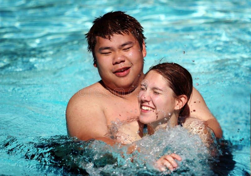 Spaß im Pool lizenzfreie stockbilder
