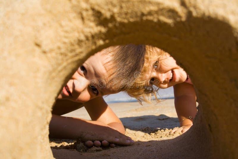 Spaß im Sand lizenzfreies stockfoto
