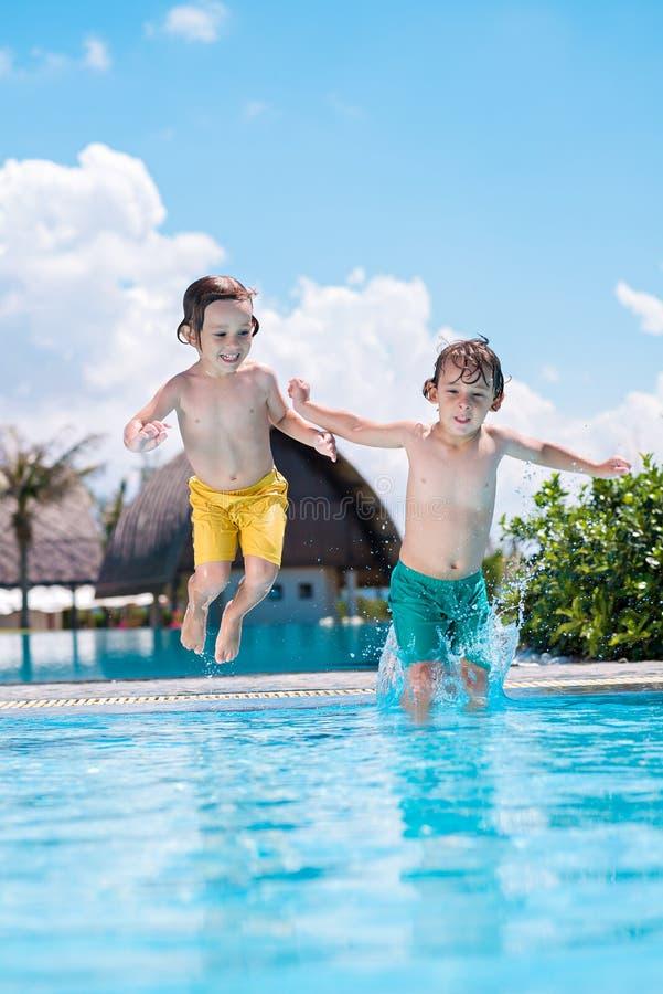 Spaß im Swimmingpool stockfotos