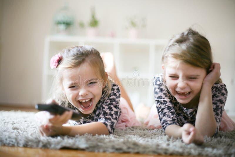 Spaß mit Fernsehen Kleines Mädchen auf Boden stockfoto