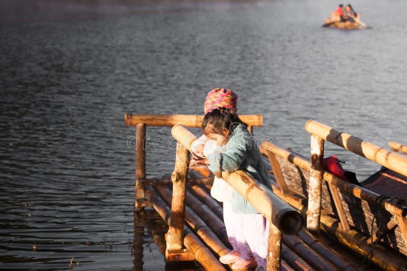 Spaß mit zwei netter asiatischer kleines Kindermädchen, zum von Fischen einzuziehen lizenzfreie stockbilder