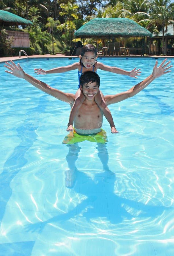 Spaß am Pool lizenzfreie stockbilder