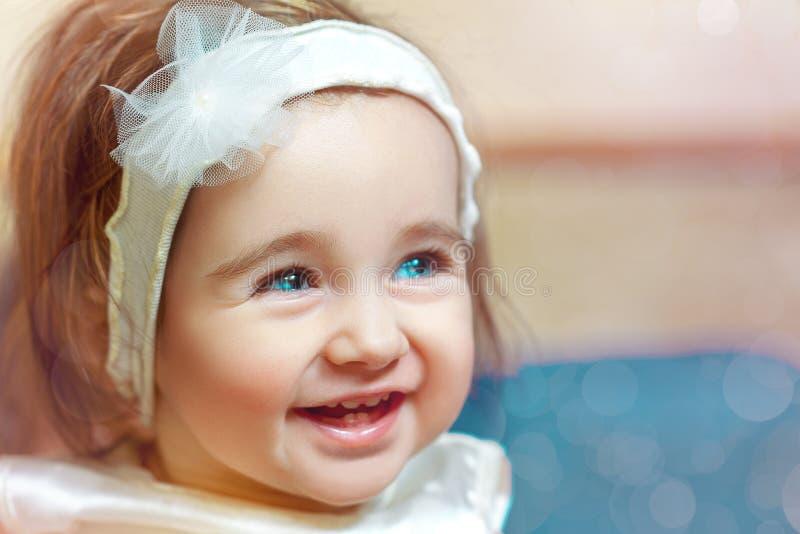 Spaß-Porträt des recht kleinen Babys mit blauen Augen stockfotos
