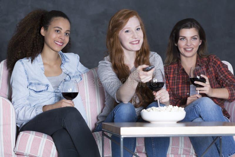 Spaß Samstag Abend in der Mädchenrunde stockfotografie